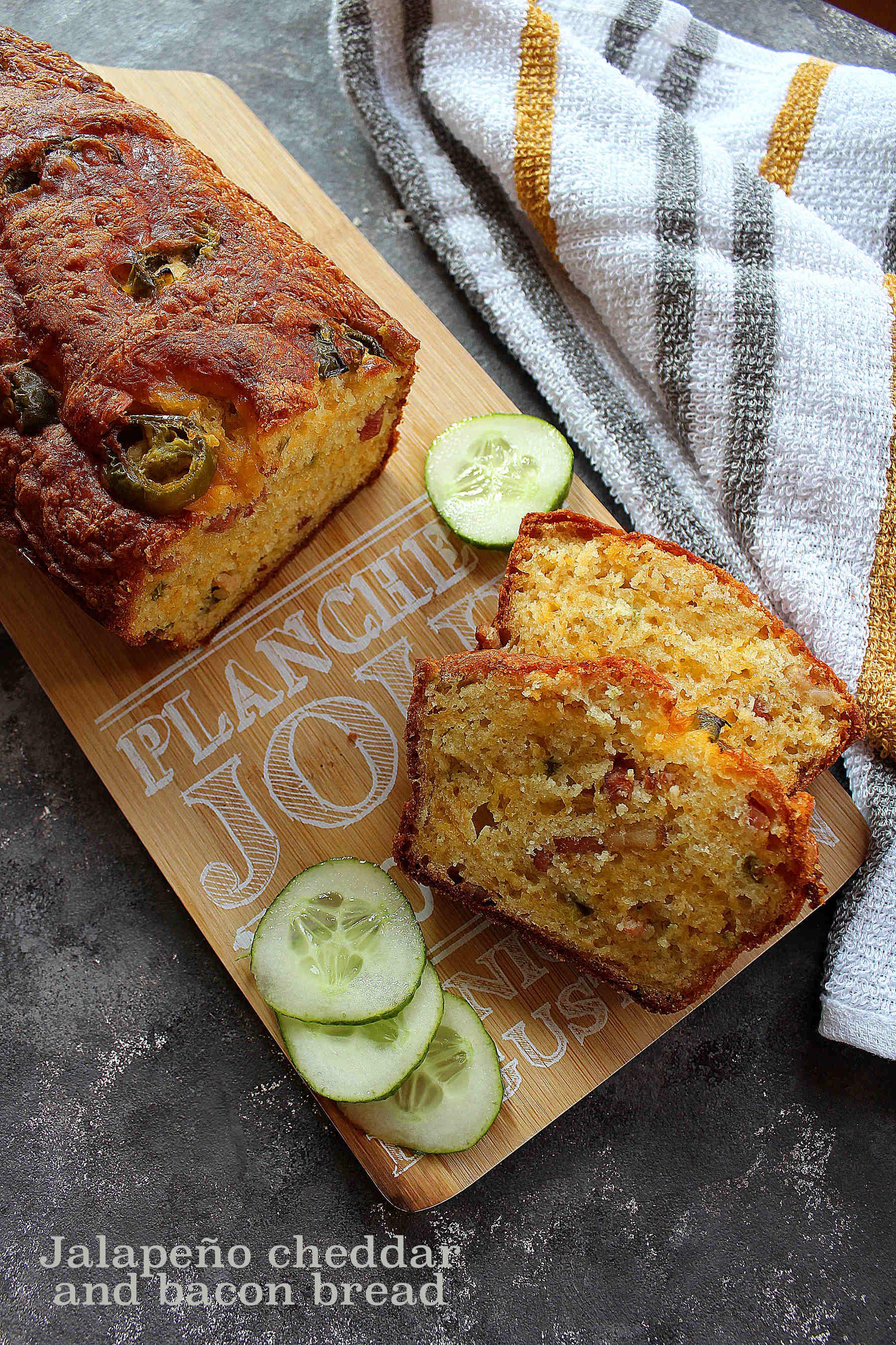 Cake au cheddar, lardons et jalapeños