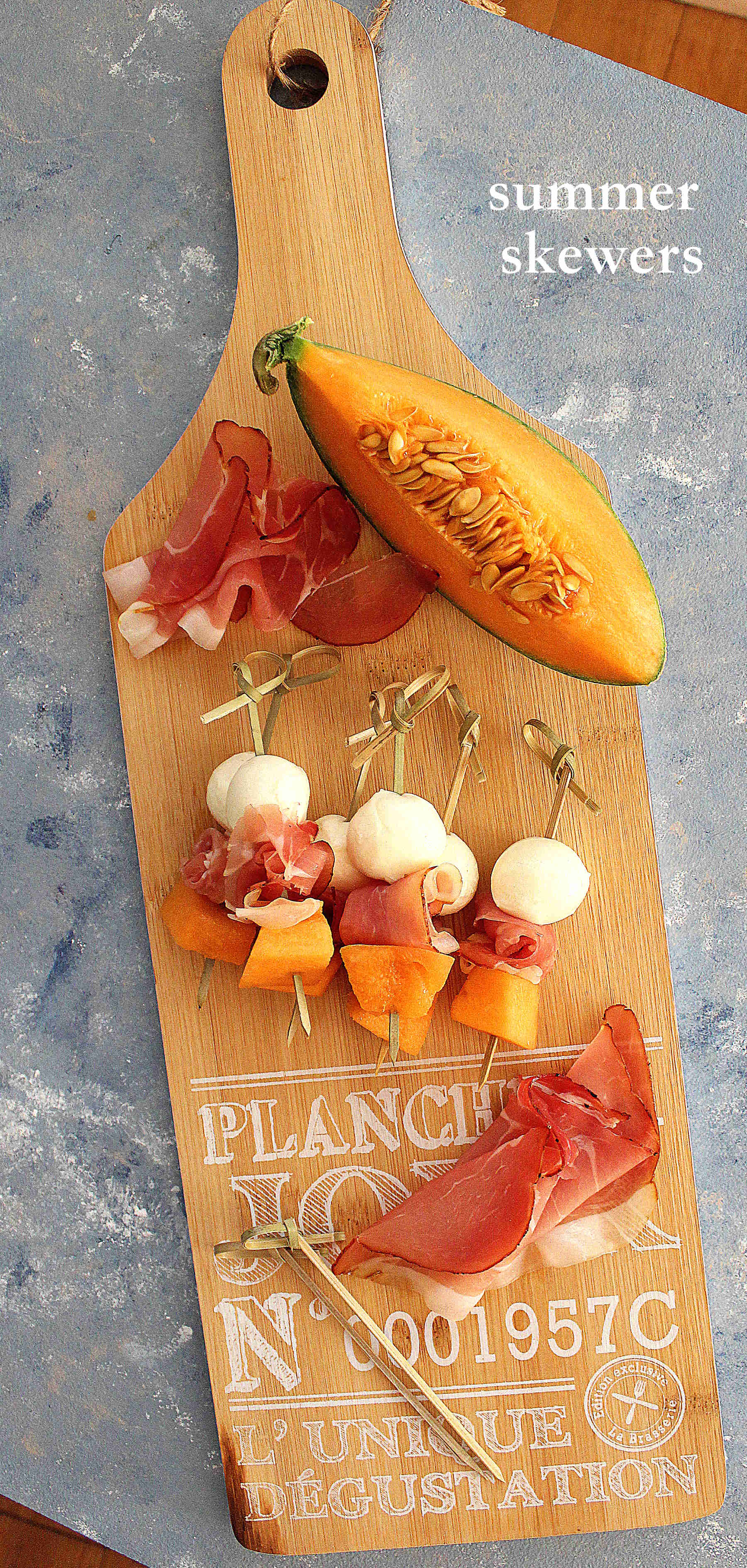 Summer skewers : mozzarella, prosciutto and melon