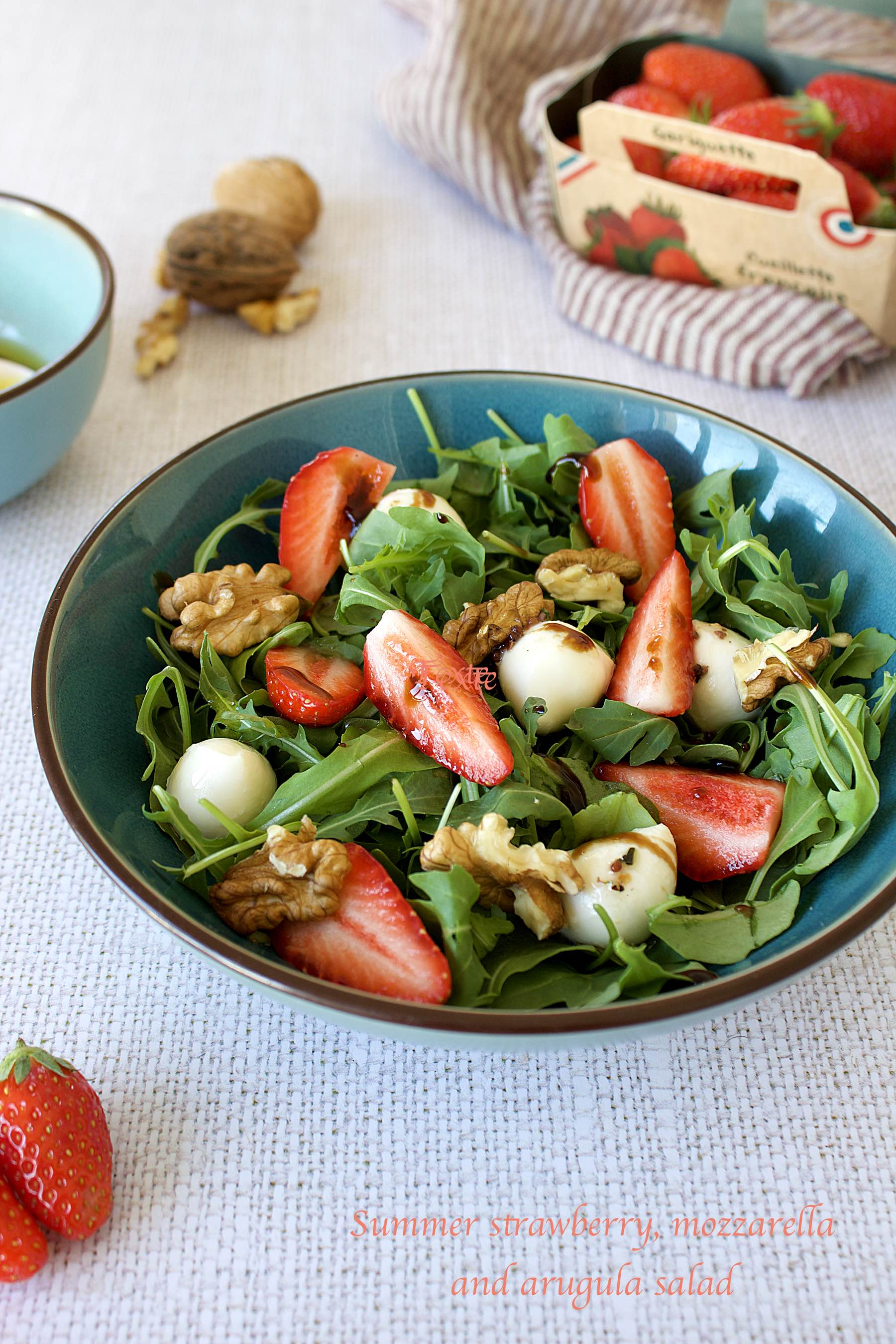 Salade d'été aux fraises, mozzarella et roquette
